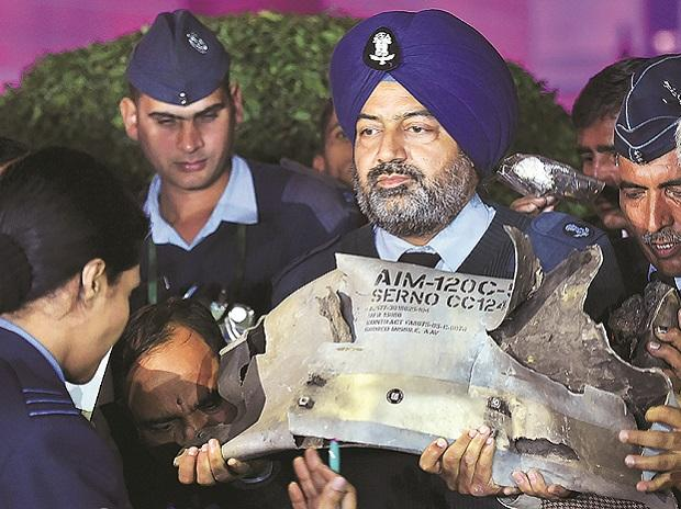 IAF officials show sections of exploded Amraam missile, said to be fired by Pakistan Air Force F-16s, at an IAF, Army and Navy joint conference in New Delhi 	Photo: PTI