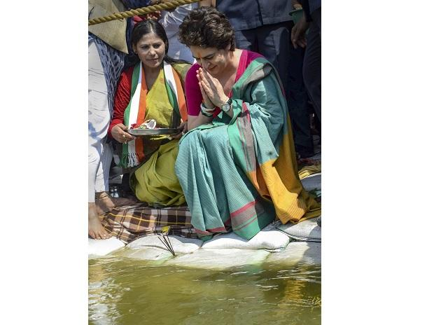 Priyanka Gandhi Vadra offers prayers  at Triveni Sangam, to start 3-day long 'Ganga-yatra' from Chhatnag in Prayagraj to Assi Ghat in Varanasi. Photo: PTI