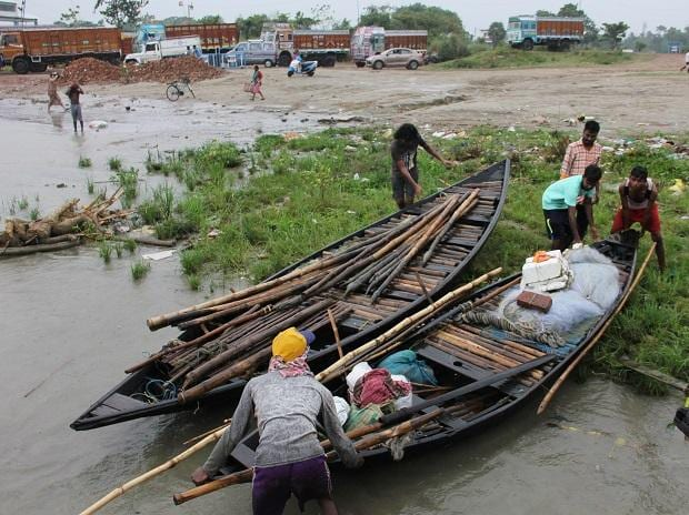 Fishermen drag a boat to the bank of River Hooghly at Santipur following an alert by authorities after Cyclone Fani made its landfall in Odisha, in Nadia district of West Bengal, Friday, May 03, 2019