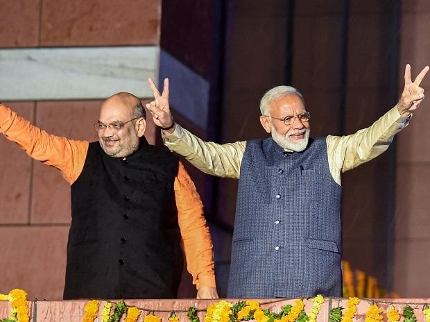 PM Modi flashes the victory sign along with the party President Amit Shah, as they arrive at the party headquarters to celebrate their victory in the 2019 Lok Sabha elections, in New Delhi | Photo: PTI