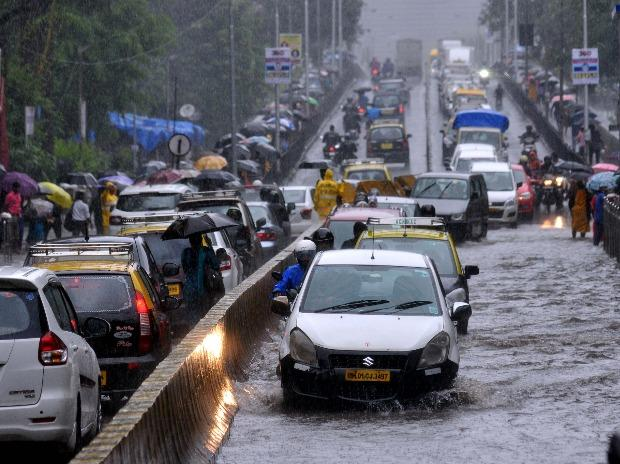 Vehicles move slowly through waterlogged streets during heavy monsoon rain, in Mumbai. BS photo by Kamlesh Pednekar
