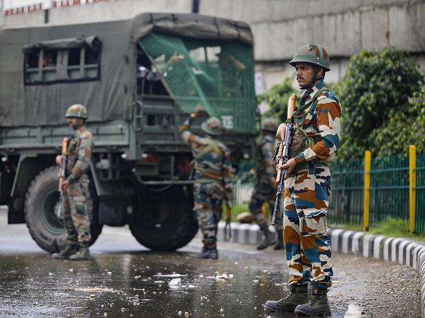 Army personnel stand guard during restrictions, in Jammu, Monday, Aug 05, 2019 (Photo: PTI)