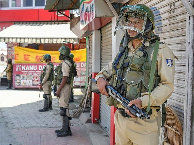 Security personnel stand guard at a check point during restrictions in Srinagar, after Centre abrogated Article 370. (Photo:PTI)