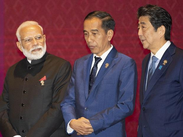 (L to R) India's Prime Minister Narendra Modi, Indonesia's President Joko Widodo, and Japan's Prime Minister Shinzo Abe talk before a group photo during the East Asia summit in Nonthaburi, Thailand, Photo: (AP/PTI)