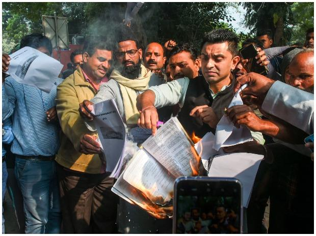 Activist and businessman Tehseen Poonawalla burns a copy of Citizenship (Amendment) Bill at Jantar Mantar in New Delh