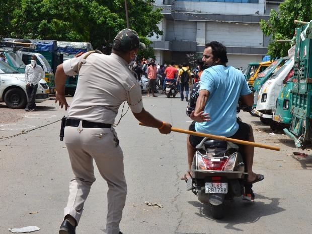 Delhi Police trying to disperse crowd outside wine shop in Preet Vihar (Photo- Sanjay K. Sharma)
