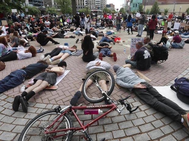 Des manifestants s'allongent sur le sol de la place publique de Wilkes-Barre, simulant la position dans laquelle se trouvait George Floyd juste avant sa mort
