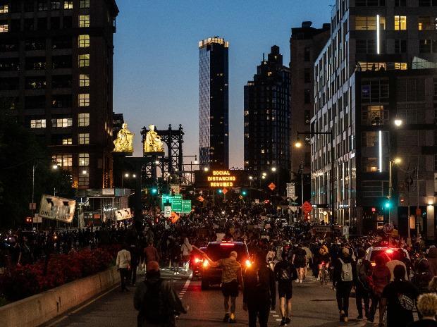 Rassemblement de manifestants contre la mort de George Floyd en garde à vue à Minneapolis, près du pont de Manhattan dans le quartier de Brooklyn à New York