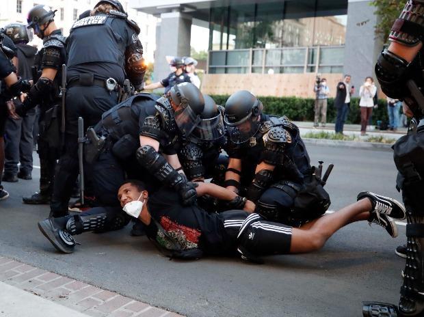 Un manifestant est arrêté par la police après l'instauration d'un couvre-feu lors d'une manifestation contre la mort de George Floyd
