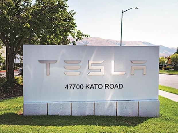 'Home-run quarter' for Tesla; stock extends gains, gets upgraded thumbnail