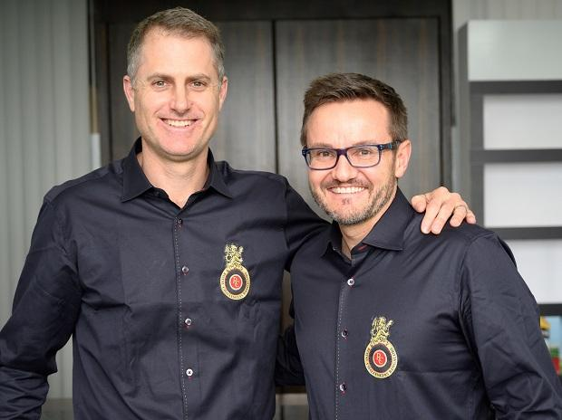 (L-R) Simon Katich, Head Coach , Mike Hesson – Director of Cricket Operations, RCB