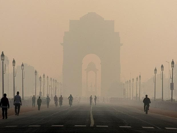 New Delhi's India Gate monument stands shrouded in smog in 2019. (Bloomberg)