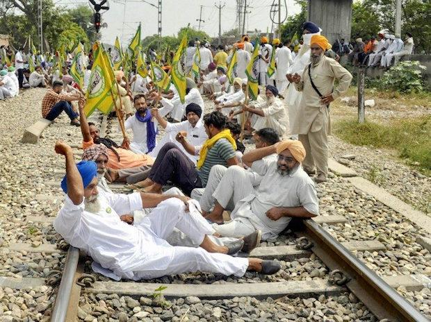 Members of various farmer organizations block a railway track during a protest against the central government over agriculture related bills, at Nabha in Patiala, Thursday, September 24, 2020. Photo: PTI
