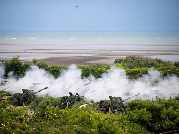 Howitzers fire munitions during an annual Taiwanese military exercise in Taichung, July 2020. The drills are aimed at repelling a Chinese invasion across the Taiwan Strait. Photo: Bloomberg