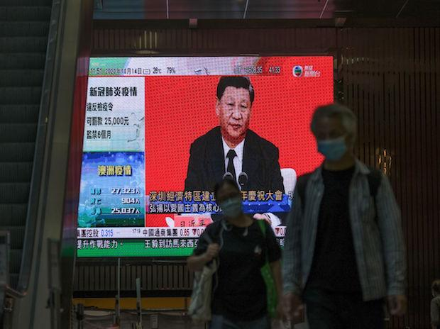 A live broadcast of Chinese President Xi Jinping delivering a speech in Shenzhen on October 14, 2020. (Photo: Bloomberg.)