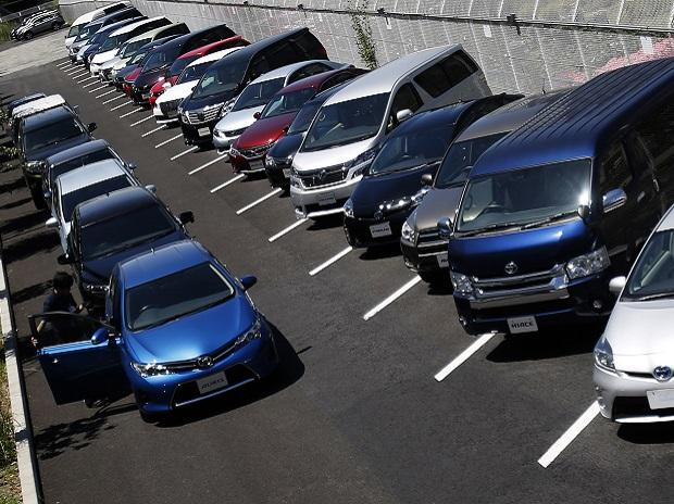 A staff checks a car parked outside of Toyota Motor Corp's showroom. Photo: Reuters