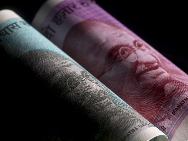 Rupee plummets 105 paise to close at Rs 74.47 against US dollar amid Covid thumbnail