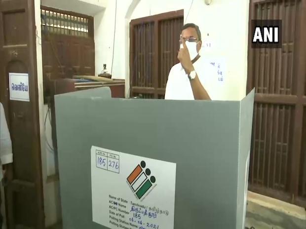 Karti Chidambaram casting his vote | Photo: ANI