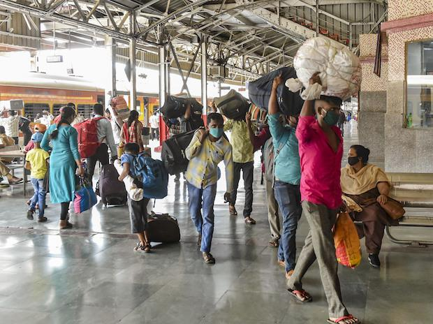 Passengers from Mumbai arrive via CST Gorakhpur special train, at Charbagh Railway Station in Lucknow (Photo: PTI)