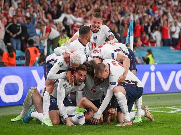 Los jugadores de Inglaterra celebran después de que Harry Kane anotó el gol de la victoria durante el tiempo extra