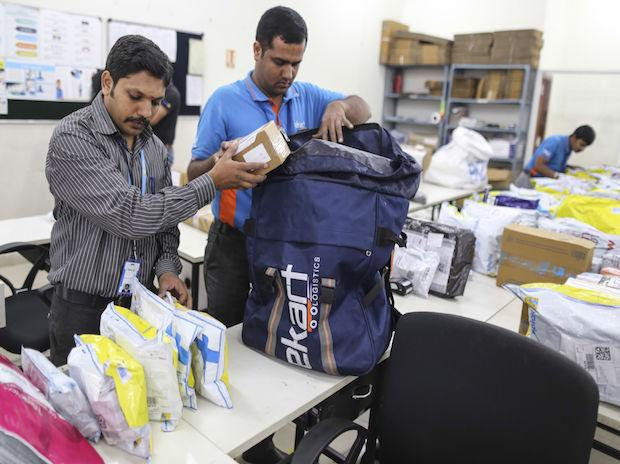 A Flipkart deliveryman packs packages into his delivery bag. (Photo: Bloomberg)