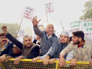 AAP stages protest against Arun Jaitley