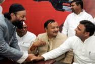 Akhilesh Yadav shakes hands with Maulana Fazlurrehman Wayazi