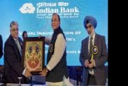 Finance Minister Arun Jaitley receives a memento Indian Bank CMD TM Bhasin as  Financial Services Secretary G S Sandhu