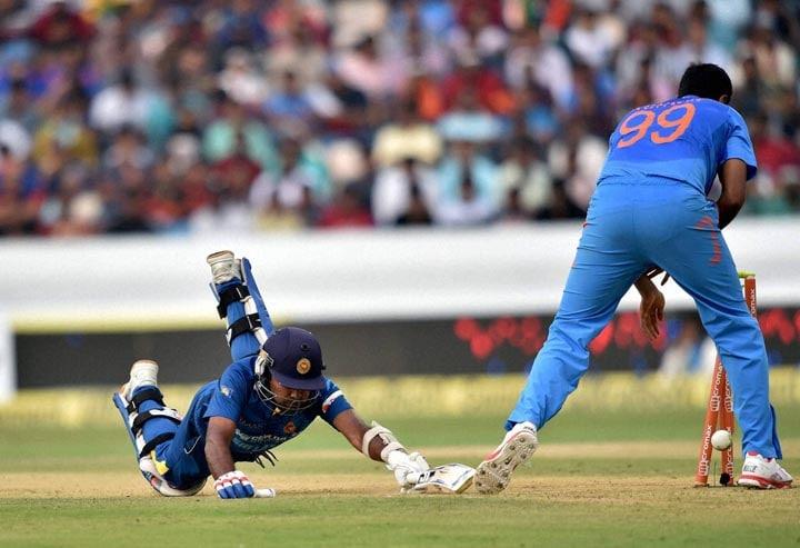 Sri Lankan, batsman, Mahela Jayawardene, dives, reach, crease, 3rd ODI, cricket match, against, India, hyderabad