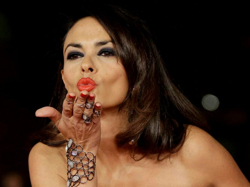 Actress, Maria Grazia Cucinotta, blows,kiss, photographers, arrives, red carpet, 9th edition, Rome Film Festival