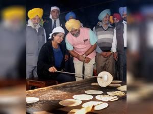 President of Mauritius Ameenah Gurib doing Kar Seva during a visit to the Golden Temple