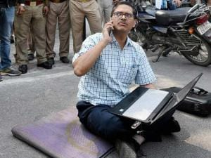 Suspended IPS officer Amitabh Thakur at dharna in front of Uttar Pradesh CM's official residence in Lucknow
