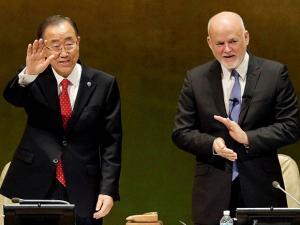 Peter Thomson looks on Ban Ki-moon waves