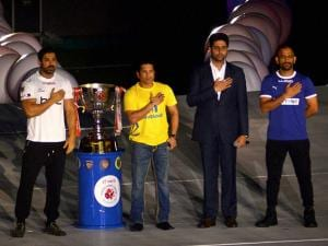 Abhishek Bachchan, Sachin Tendulkar, Mahender Singh Dhoni  and  John Abraham reveal the ISL trophy