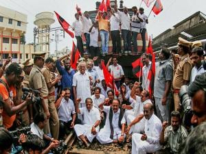 MDMK chief Vaiko, CPM leader G Ramakrishnan and others stage a rail roko