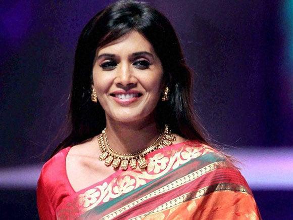 NIFT, Sonali Kulkarni, Renuka Shahane, Ashutosh Gowarikar, nift mumbai, nift result 2016, sonali kulkarni new, sai tamhankar, sonalee kulkarni, Fashion Show, Ramp walk, Mumbai