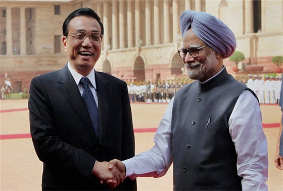 Chinese Premier Li Keqiang shakes hands with Prime Minister Manmohan Singh during his ceremonial welcome at Rashtrapati Bhavan in New Delhi