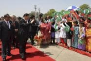 Chinese President Xi Jinping waves to children with Pakistan's Present Mamnoon Hussain