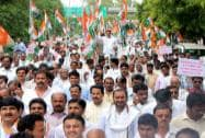 Congress workers protest against Maharashtra govt. on farmers suicide