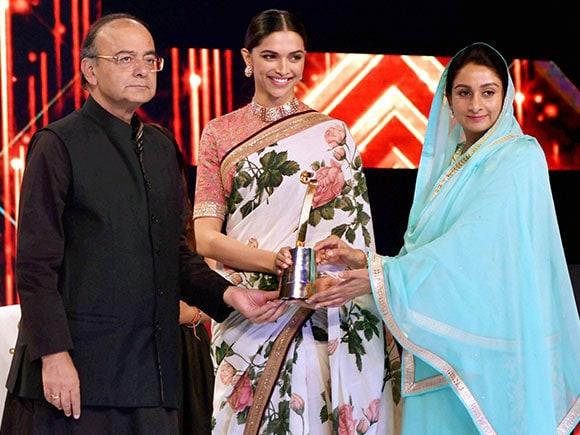Deepika Padukone, Sabyasachi, Saree, award function, Arun Jaitley, Harsimrat Kaur, Finance Minister