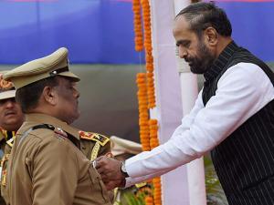 Union MoS (Home Affairs) Hansraj Gangaram Ahir present a medal to ASI Balanath at the Delhi Police 70th Raising Day Parade 2017