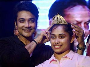 Prosenjit Chatterjee felicitates Olympian Dipa Karmakar at an event in Kolkata
