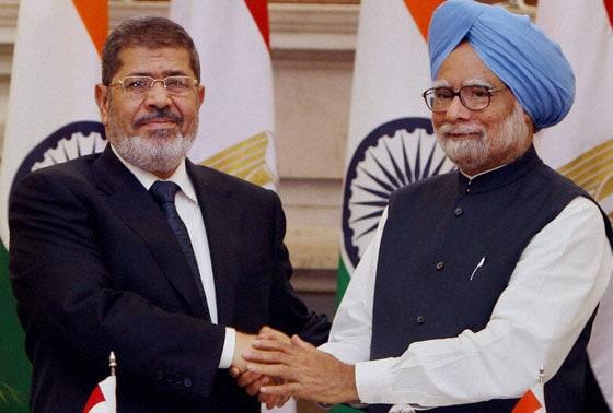 Prime Minister Manmohan Singh shakes hands with Egyptian President Mohamed Morsi