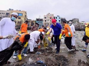 Erik Solheim Head of Environment of UN during a cleanliness drive at Versova Beach in Mumbai