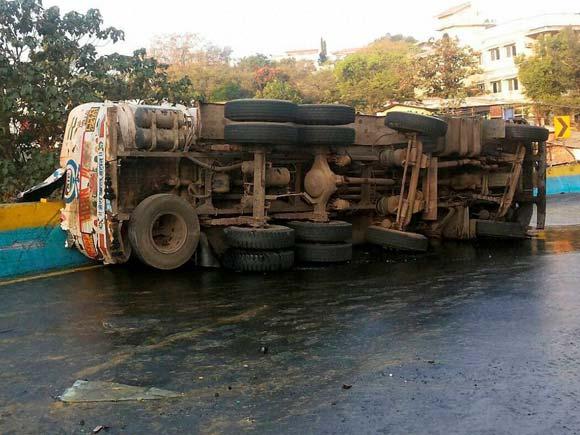 Mumbai-Pune expressway, Mumbai, Pune, Expressway, Tanker spill, Traffic, Traffic Jam, Oil leakage, Oil spill, Oil tanker
