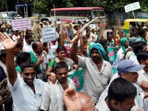 Farmers protesting against the Karnataka government