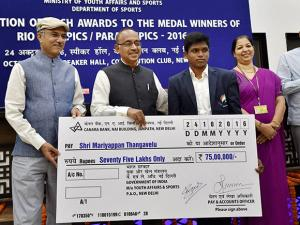 Vijay Goel presents a cheque of Rs 75 Lakhs to Mariyappan Thangavelu