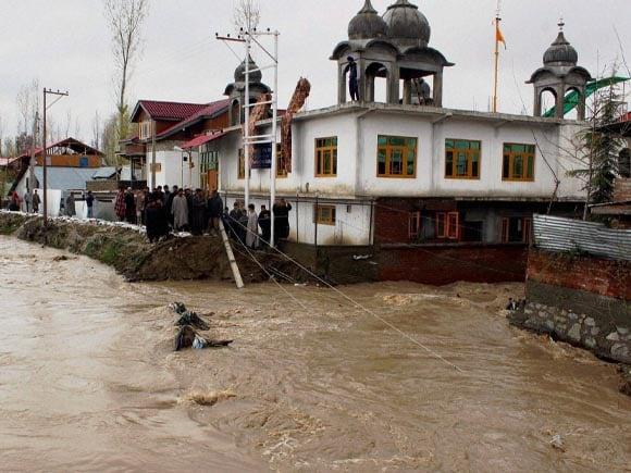 Srinagar, Flood Water, Srinagar homes,  Srinagar shops, Srinagar-Jammu national highway, heavy snowfall