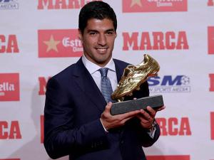 Luis Suarez poses to the media after receiving the Golden Boot award