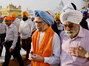 Former Prime Minister Manmohan Singh paying obeisance at Golden temple in Amritsar